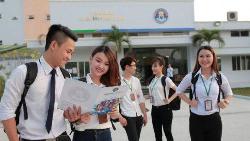 Sinh viên năm nhất phải tập thích nghi với môi trường mới